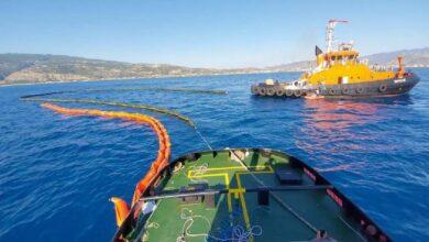 Seyit Onbaşı ve Nene Hatun gemisinin petrol sızıntısı mesaisi sürüyor