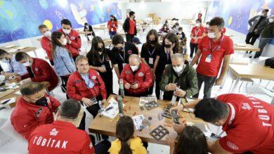 Bakan Varank, TEKNOFESTte gençlerle roket tasarladı